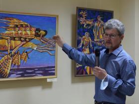 Художник Сергей Бушков проводит экскурсию по выставке своих работ